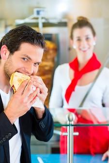 ケバブ - 新鮮な食材を使った顧客と熱いドナー