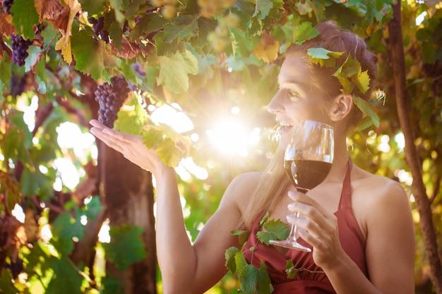Винная королева в гостях у своего виноградника