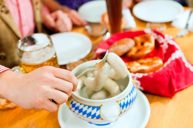 バイエルンの白い子牛ソーセージと朝食
