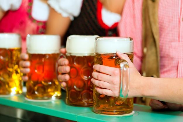 Люди пьют пиво в баварском пабе
