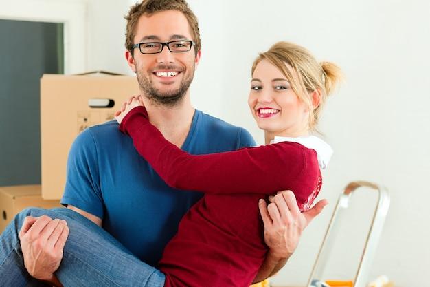 若い夫婦の新しい家に移動