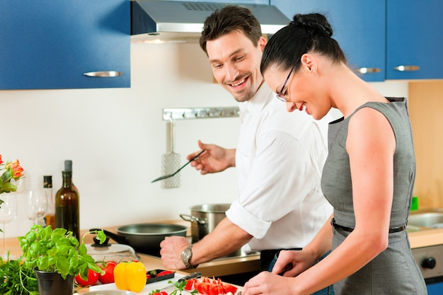 Пара готовит вместе на кухне