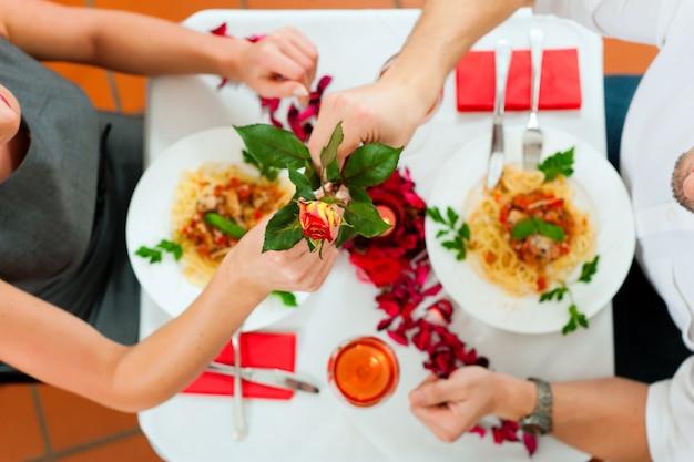 昼食または夕食のカップル
