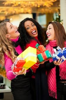 モールでプレゼントと友達クリスマスショッピング