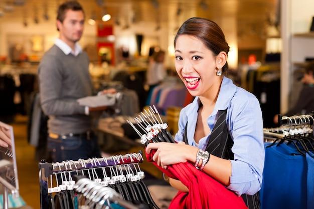 服を着てショッピングモールの女性