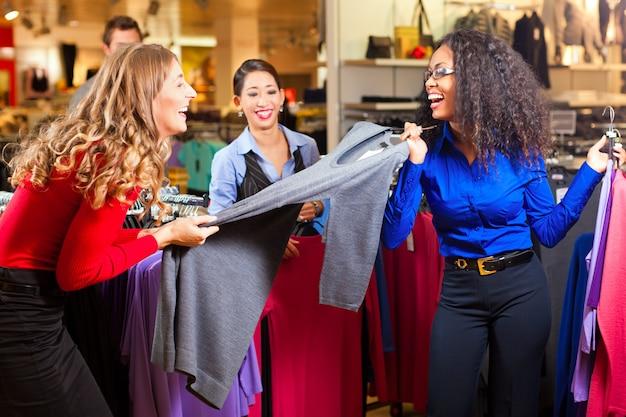 服を着たショッピングモールの女性