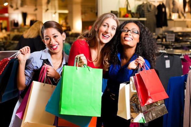 ショッピングモールでプレゼントと買い物の友人