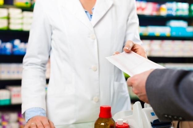 薬局の顧客と女性薬剤師