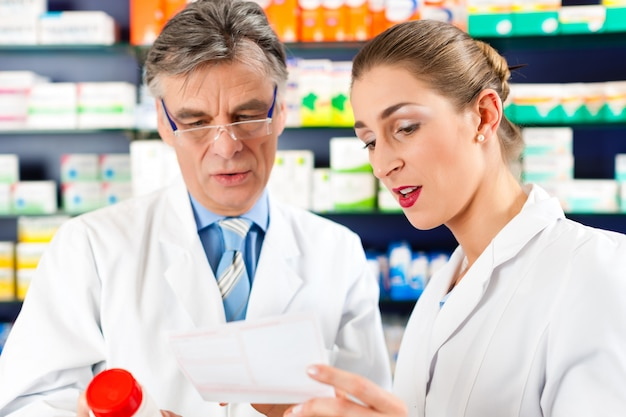 Два фармацевта в аптечной консультации