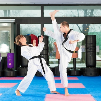 ジムでの格闘技スポーツトレーニング