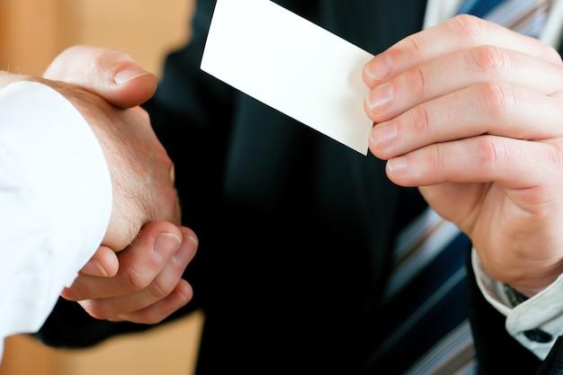 ビジネスカードを引き渡す実業家