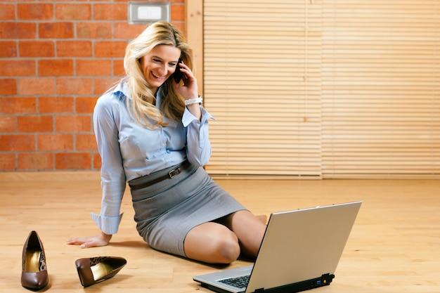 Бизнес женщина работает на дому