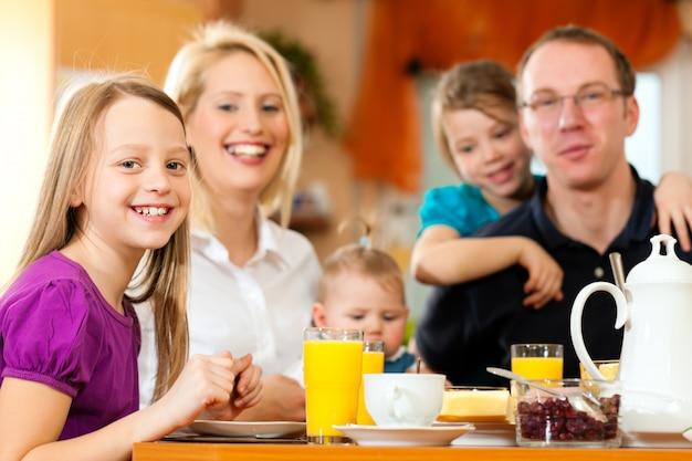 朝食を持っている家族