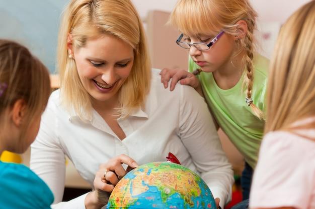 子供たちに世界を説明する母