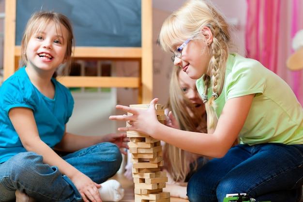 自宅で遊んでいる子供たち