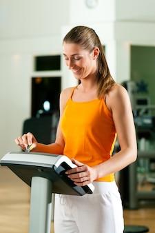 現代のキーシステムで運動する女性