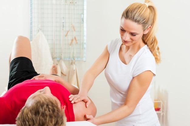 Пациент на физиотерапии делает физиотерапию