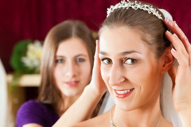ウェディングドレスの洋服店の花嫁