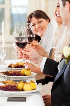 ディナーまたはランチでの結婚式