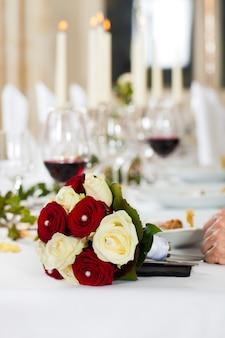 結婚式のテーブルの花束