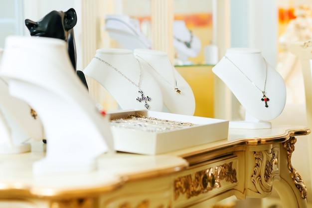 宝石商での展示