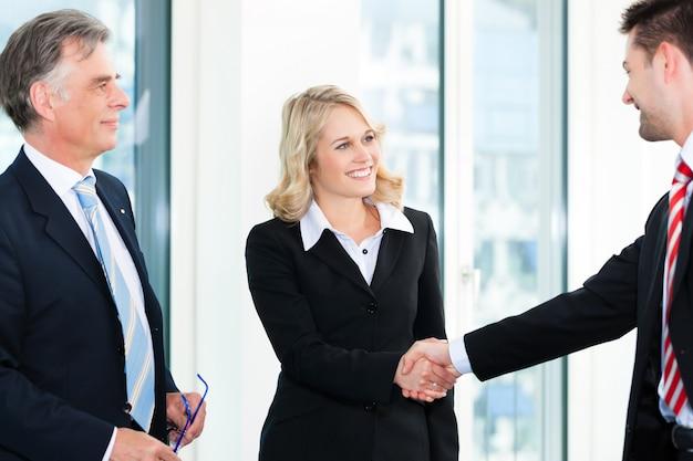 握手をしているビジネス人々