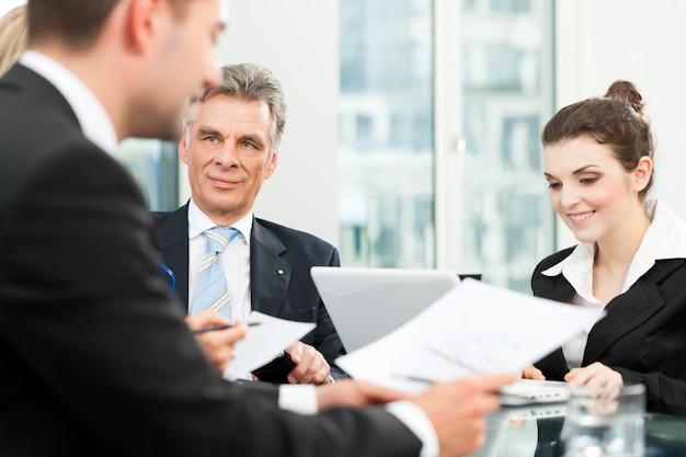 ビジネスの人々-オフィスでのチーム会議