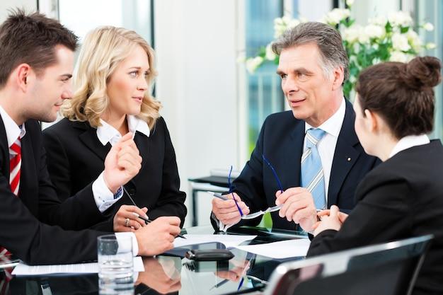 ビジネスの人々-オフィスでの会議