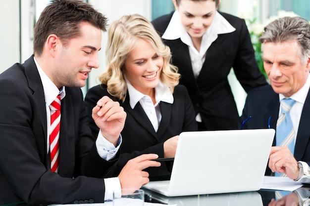ビジネス-オフィスでの成功した会議
