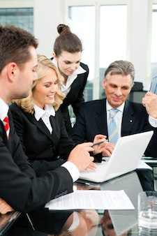 ビジネス-オフィスでのチーム会議