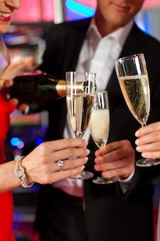 Люди с шампанским в баре