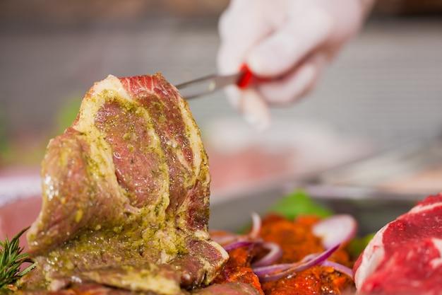 Свежее гарнированное мясо