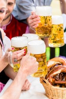 バイエルンのパブでビールと素晴らしく眼鏡