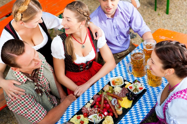 ビアガーデンで-ビールとテーブルの上の友人