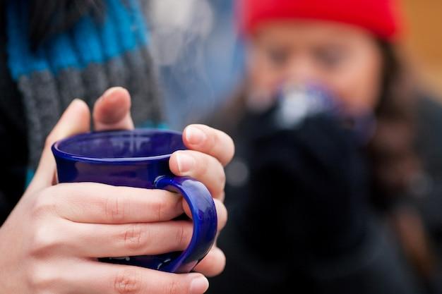 紅茶のコーヒーまたは手にコーヒー