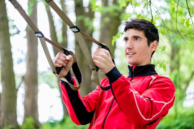 スリングトレーナーとスポーツトレーニングの男