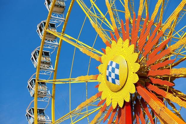 青い空の前に大きな車輪