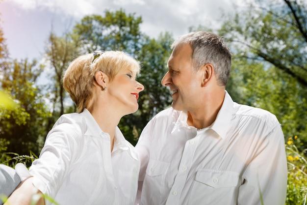 春の屋外で年配のカップル