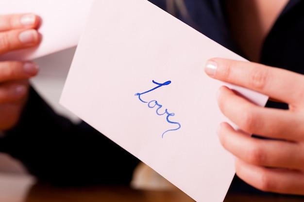 女性はラブレターを持っています