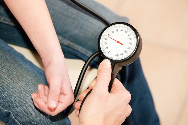 子供の血圧を測定する医師