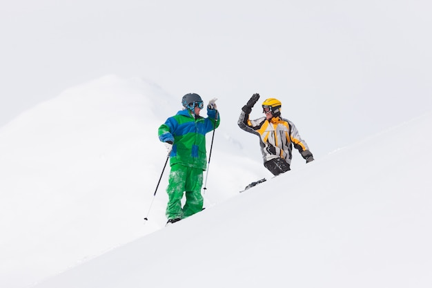 雪の中でスキーヤーとスノーボーダー