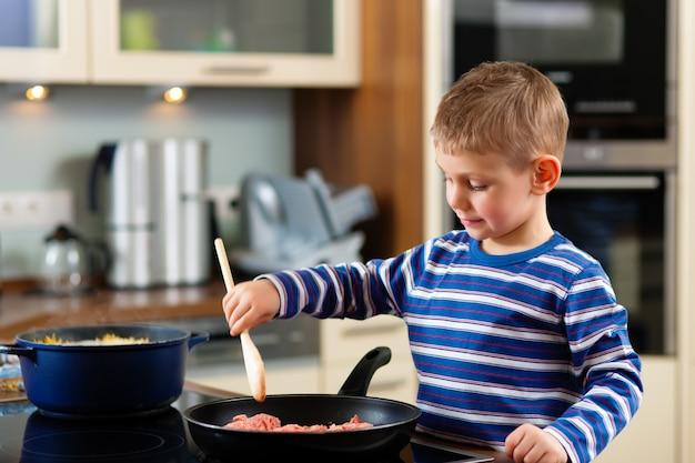 家族のキッチンで調理