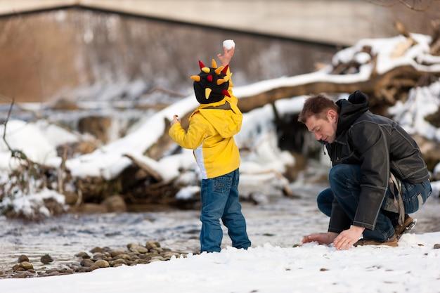 川で冬の散歩を持っている家族