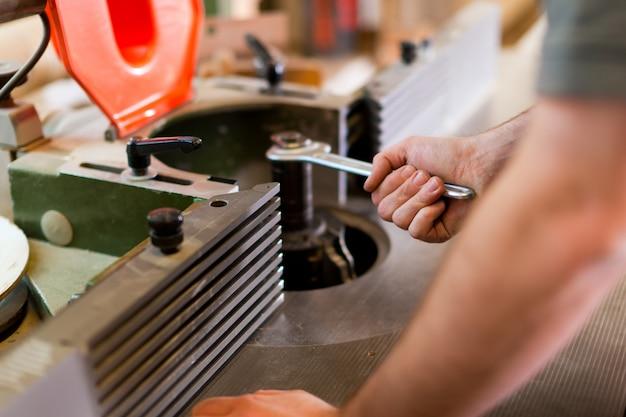 大工はカッターを調節します