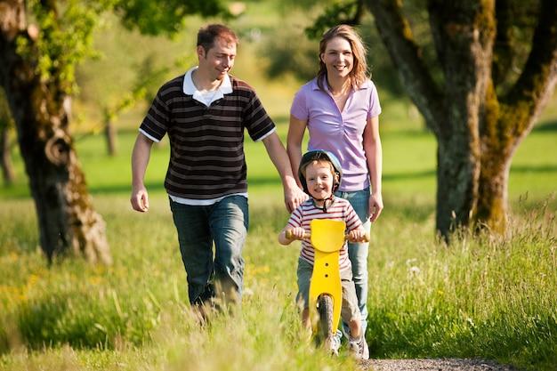 夏に屋外散歩を持っている家族