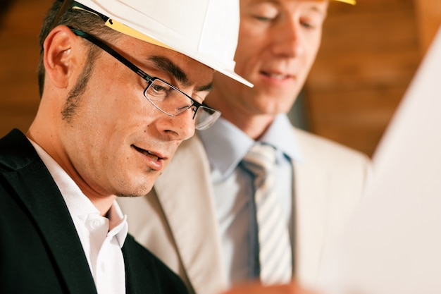 計画を議論する建築家および建設エンジニア