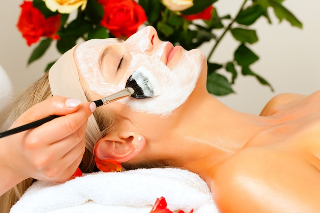 Косметика и красота - нанесение маски для лица