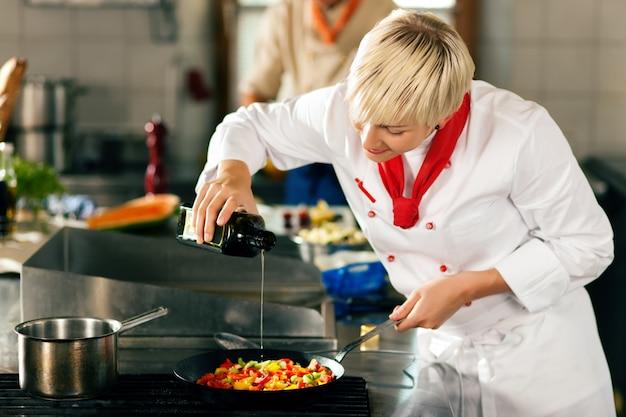 レストランやホテルのキッチンで料理をするシェフ