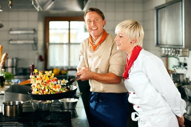 Повара в ресторане или гостинице готовят кухню