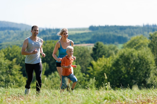スポーツをしている家族-ジョギング